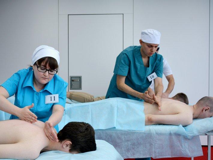Медсестра по массажу Ирина Кораблева демонстрировала свои профессиональные навыки в конкурсе «Абилимпикс»