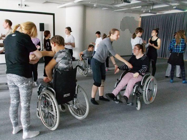 Екатеринбуржцы приняли участие в «социальных танцах»