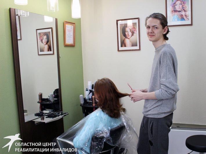 «Я еще только учусь, но я перфекционист в своем деле». Шестнадцатилетний парикмахер проходит практику в Центре реабилитации инвалидов