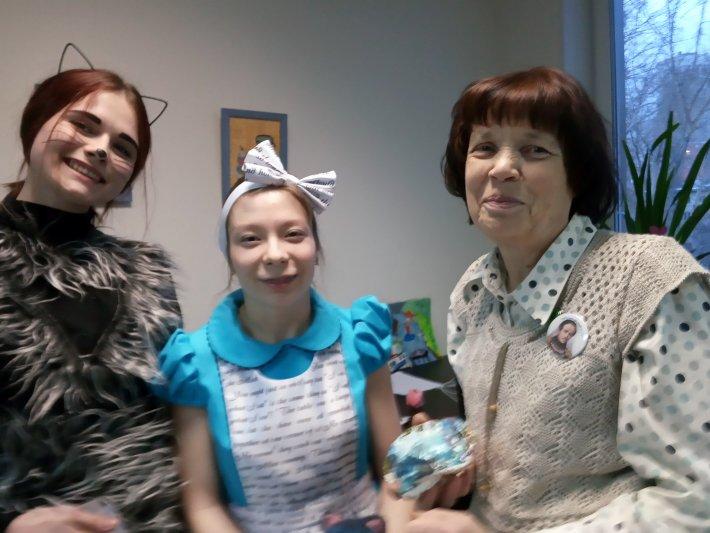 Алиса из Страны чудес презентовала выставку своих творческих работ в библиотеке Областного центра реабилитации инвалидов